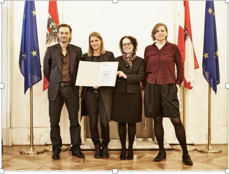 v.l.n.r. Architekt Oskar Leo Kaufmann, Grafikerin Yvonne Rüscher, Christine Schwarz-Fuchs (GF BuLu) und Eva Guttmann (Verlag Park Books) freuen sich über die Auszeichnung. Foto: Adolf Bereuter