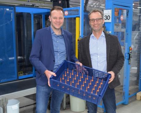 Bildunterschrift (v.l.): Gerhard Bertsch / Gerhard Marte (Geschäftsführung Fries) mit dem neuen Reinigungskorb tech-rack custom 4.0